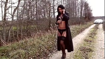 welcoming snatch leg hottie raises and exposes her Video femme nues